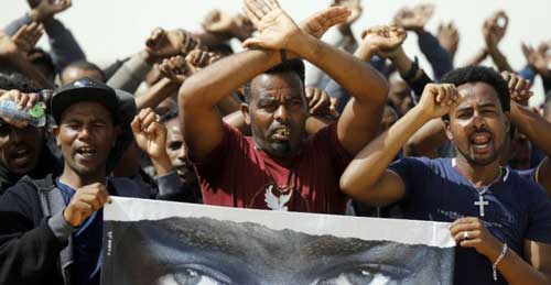 African migrants protest outside an Israeli detention facility for African asylum seekers near Kziot in Israel's southern Negev desert near the Egyptian border on February 22, 2018. © Menahem Kahana, AFP
