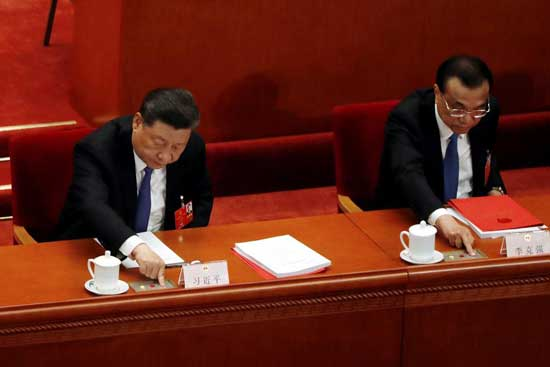 Chinese President Xi Jinping and Premier Li Keqiang cast their votes on the national security legislation for Hong Kong Special Administrative Region at the closing session of the National People's Congress (NPC) at the Great Hall of the People in Beijing, China May 28, 2020. REUTERS/Carlos Garcia Rawlins